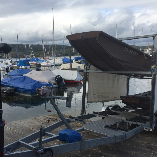 Boote auf Anhänger am Rhein